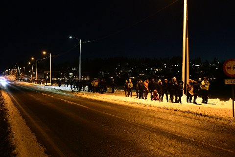 Klokka 17 begynte folk å samle seg på Skedsmokorset og tenne lys nedover mot Gjerdrum. en halvtime senere var flere hundre personer på plass.