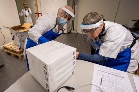 VAKSINE: Farmasøyt Ellen Bergh, avdelingsleder Samira Benaissa og leder for Sykhusapotekene Jalil Djahromi mottar den første leveransen til Norge med 9.750 doser av koronavaksinen, utviklet av Pfizer og Biontech. Nå kommer vaksinen også til Romerike.