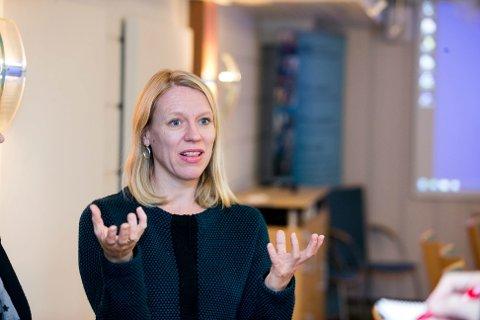 Anniken Huitfeldt besøkte pårørendesenteret på Gardermoen mandag. Nå ber hun helseminister Bent Høie om at de berørte får vaksine tidlig.