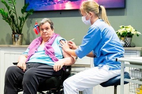 VAKSINE: Inger Marie Hovden var den første i vaksinekøen ved Lørenskog sykehjem, og ble dermed blant de første på Romerike som fikk koronavaksinen. Sykepleier Tonje Henriksen Næss satte vaksinen.