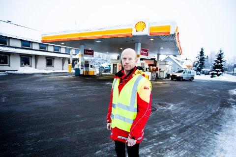 HAR STÅTT PÅ SENT OG TIDLIG: Innehaver av Shell-stasjonen på Ask, Glenn Strand, har aldri hatt så stor trafikk som den siste uka. Stasjonen har vært den eneste åpne daglivarebutikken i katastrofeområdet.
