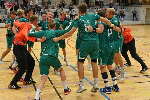 KLARE FOR SEMIFINALE: En råsterk snuoperasjon i Bergen sikret en plass i NMs semifinale for Fjellhammers håndballherrer. Her jubler de etter seieren mot Drammen i serieåpningen.
