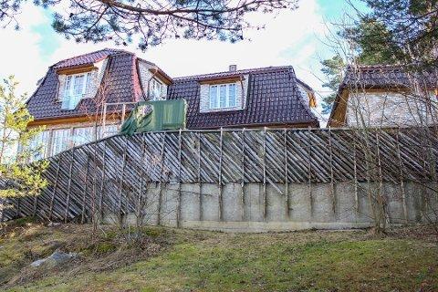 STRIDENS KJERNE: Denne støttemuren er nå revet, etter pålegg fra Lillestrøm kommune.