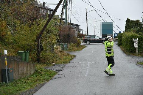 STENGT: Veien kommer til å være stengt i lang tid framover etter at en kranbil kjørte ned flere strømledninger i Rælingen, opplyser politiet.