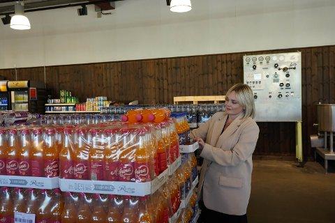Plast og sukker har blitt dyrere: –  Jeg håper verdensmarkedene roer seg, sier salgs- og markedssjef Katrine Bergersen Klemp hos Roma.