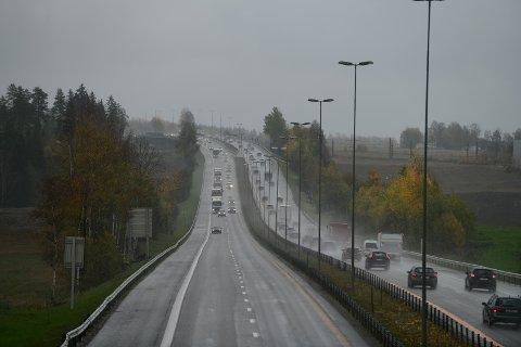 Slik så det ut på E6 etter at en bobil og en personbil var involvert i et mindre trafikkuhell fredag ettermiddag.