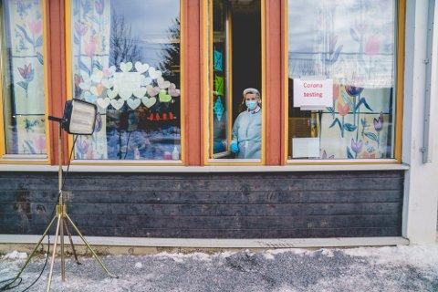 Helsefagarbeider Maiken Bakken tester innbyggerne i Nittedal for korona gjennom vinduet på Kirkeby skole. Så langt er 40 smittetilfeller knyttet til mutasjonsutbruddet i bygda.