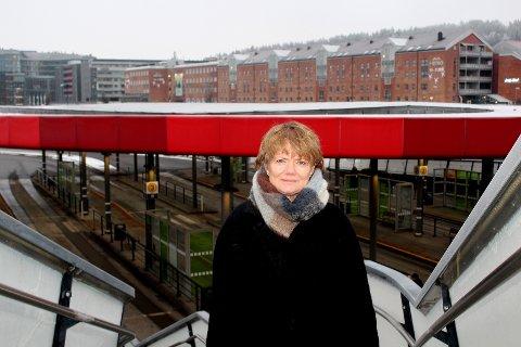 KVANTESPRANG: Lørenskog-ordfører Ragnhild Bergheim (Ap) mener T-baneprosjektet har tatt et kvantesprang med det siste vedtaket i fylket, og advarer mot å stoppe utredningsarbeidet nå. Her ved kollektivterminalen i Lørenskog sentrum, der det ligger an til at T-banen uansett vil få et stoppested.