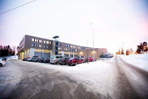 EN AV MANGE: Jessheim videregående skole hvor det er påvist koronavirus søndag.