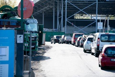 ØKTE PRISER: Fra og med i dag blir det litt dyrere å levere avfall. Dette bildet er tatt i fjor i forbindelse med kø inn til en av gjenvinningsstasjonene til ROAF.