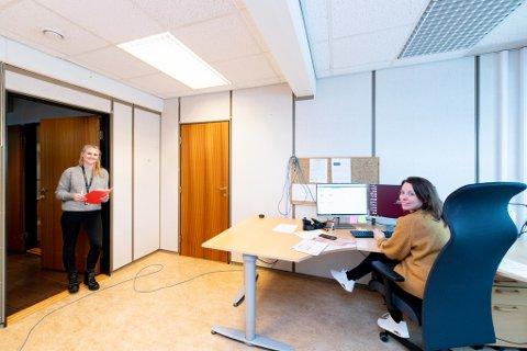 Smittesporerne Solveig Svendsen (t.v) og Minnie Nyhus Randen har som jobb å finne og forebygge koronasmitte i Lillestrøm kommune.