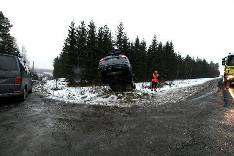 BRÅSTOPP: Her endte den ene bilen etter sammenstøtet mellom Sørumsand og Rånåsfoss.