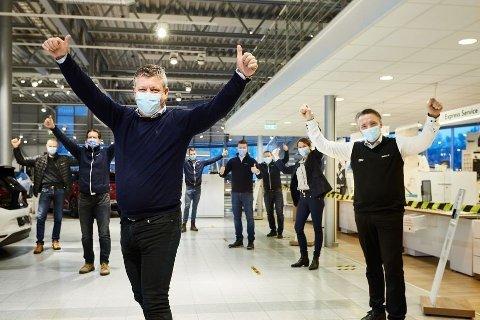 REKORDÅR PÅ FLERE OMRÅDER: Sverre Helno, administrerende direktør i Møller Bil, her i forgrunnen med gjeng fra Jessheim. Korona-året har vært et bra år for organisasjonen. Foto: Møller Mobility Group