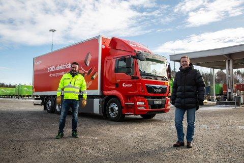 Postens nye konserndirektør Hans -Øyvind Ryen (t.v.) og salgsdirektør Lars B. Sand i MAN Truck & Bus Norge foran den nye el-lastebilen som skal erstatte en tlsvarende dieselbil.