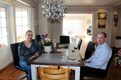 HEFTIG OPPLEVELSE: Luiza og Arvind Kobberstad i spisestua der de satt da de så den ene veggen sprekke som følge av utsprengningen av tomta litt lenger ned i veien. Den røde ringen viser den ene av sprekkene i veggen.