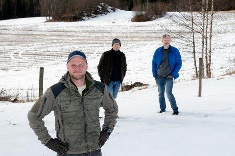 STÅR SAMMEN: Henning Breivik er en av naboene som har reagert på deponiet som er planlagt på Leirsund. Bak han står leder i Naturvernforbundet i Lillestrøm, Sverre Solberg, og Eirik Gjesteland i Leirsund vel.