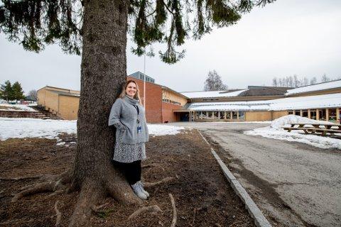 FORNØYD: Rektor Heidi Ørnes Eide for Vardeåsen skole, som i dag har plass til 140 elever, gleder seg til utbygging av skolen, som er planlagt ferdigstilt i 2024.