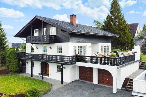 SOLGT: Eneboligen i Tyroler-stil fra 1986 fikk nylig ny eier. Vedkommende måtte bla opp et tosifret antall millioner kroner.