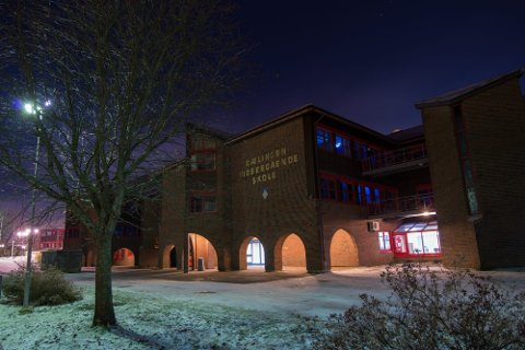SMITTE: Flere elever ved Rælingen videregående skole har fått påvist smitte den siste uka. Mandag stengte skolen.