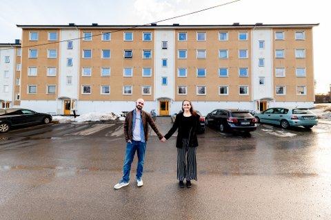 TRIVES: Thomas Fonnes og Irene Adele Askjer har kjøpt leilighet i Fjellsvingen på Fjellhamar. De er storfornøyde med både størrelse og beliggenhet på leiligheten. Nye tall viser at de også kan ha gjort et godt valg da de valgte nettopp Lørenskog.