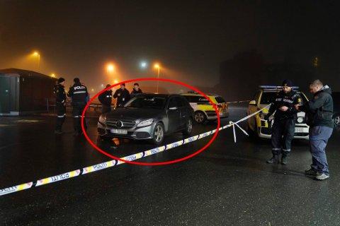 PÅKJØRT: Først ble patruljebilen i bildet rygget på, så ble politibetjenten som var sjåfør kjørt ned.