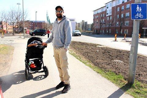 SLITER MED LUNGEFUNKSJONEN: Junaid Riaz' tre år gamle sønn sliter med dårlig lungekapasitet, og familien drar som regel andre steder enn Gamleveien når de går tur.