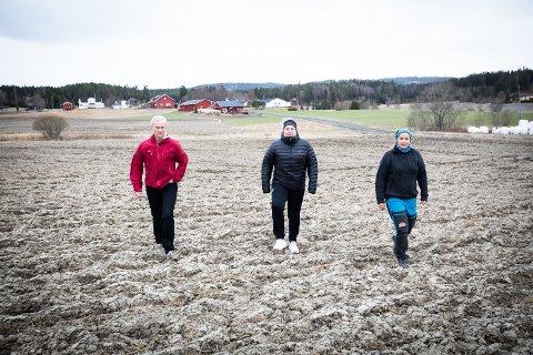 GÅR IMOT PLANENE: En Facebook på over 600 medlemmer aksjonerer mot togplanene mellom Oslo og Stockholm. Et av trasealternativene går gjennom jordet bak Erlend Raaheim, Elisabeth Bråten og Victoria Vormeland, som reagerer på planene.