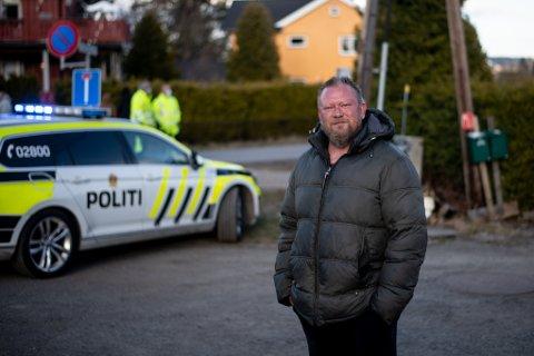 EVAKUERT: Kai Olsen og familien har blitt evakuert fra sin bolig i Nybakveien, ikke langt fra huset som har sunket i terrenget.