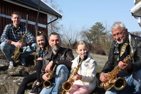 Korpsfamilien på låvebrua: Nederst bestefar Tor Johan Røri, deretter Alva, far Magnar og Oda Lønnkvist Røri og øverst saxlærer Mads Lønnkvist
