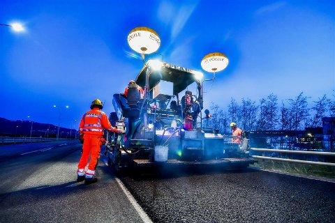 HØYSESONG: Fra mai til september er det planlagt asfaltering av flere veistrekninger på Romerike. Illustrasjonsfoto: Knut Opeide