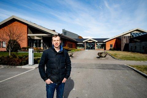 ETTERLYSER TEMPO: – Vi begynner å bli utålmodige over at oppryddingsselskapet ikke blir avviklet, sier varaordfører Hans Otto Tomter i Rælingen.