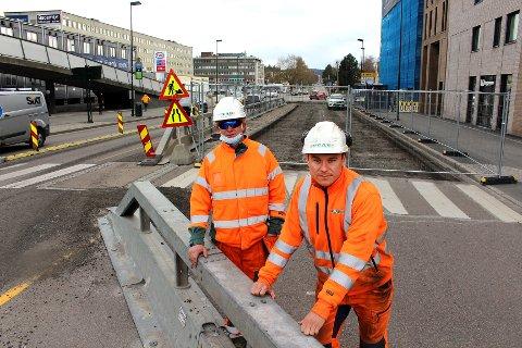 BYGGER NYE SKÅRERSLETTA: Peab er entreprenør for ombyggingen av Skårersletta. Her ar arbeidslederne Atle Øverhus (t.v.) og Joakim Hvassing ved rundkjøringen mot Solheimveien, der det nå bare er ett kjørefelt inn på Skårersletta.