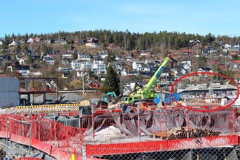 STØPT PÅ STEDET: Betongundergangen er prefabrikert på skoletomta på Fjellhamar. Dette bildet fra torsdag viser de siste forberedelsene før den ble fraktet på plass under jernbanelinja dagen etter.