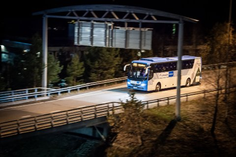TILTALT: En 78 år gammel mann sto tiltalt for å ha slått til en bussjåføren på flybussen, her like før ankomst på Gardermoen. Bussen avbildet i bildet er kun ment som en illustrasjon. Foto: Remi Presttun