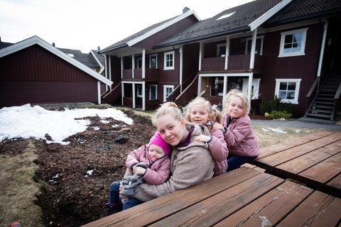 Maria Elisabeth Slettmoen Tollander fra Maura vet ikke når de får flytte hjem etter raset i Nannestad før jul. Her med Frida (17 mnd) Leah t.v og Naomi.