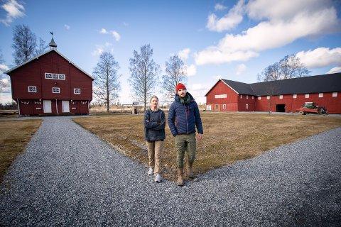 FORSTÅR IKKE: – Det er uforståelig at politikerne i landbrukskommunen Nes vil bygge motorvei der det går med mest matjord, sier Kornelia og Jonas Foyn-Bruun.