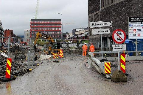 OMFATTENDE PROSJEKT: Arbeidet med ombyggingen av Skårersletta startet i midten av februar og skal pågå fram til november 2023. Her fra krysset ved Løkenåsveien og den nye Garchinggata.