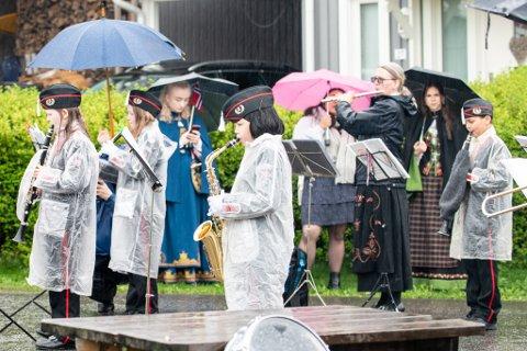 KALDT PÅ FINGRENE: De unge musikantene i Rælingen skolekorps trosset regn og kalde fingre og tro til i nabolaget rundt Smestad. Johannes Holmen Bose (9) helt til høyre.