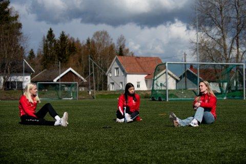 Venninnegjengen ble mindre: Martine Strandquist (t.h.) hadde ikke motivasjon til å fortsette med fotball, mens venninnene fra Skedsmo 17-årslag Ada Lyseggen Hellesylt og Sandra Bjølverud fortsatt henger med. Laget var 14 spillere ved årsskiftet. Nå er kun fem igjen.