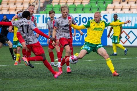 Nektet scoring: Sondre Sørløkk venter fortsatt på den første scoringen i Ull/Kisa-drakta. Mot Strømmen hadde han tre målsjanser. Her er den første som endte med en blokkering fra Strømmen-back, Tega George (17).