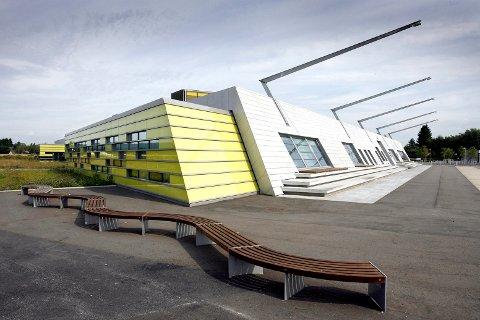 SKOLENABO: Den midlertidige barnehagen skal etableres ved siden av Gjerdrum ungdomsskole, til venstre for det grønne området i bildet.