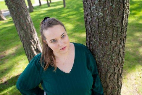 Nina-Martine Sønsteby har utdanning innen filmproduksjon fra USA, men det er vanskelig å finne relevant jobb hjemme i Norge. Nå jobber hun på kafe. og starter på en ny utdanning til høsten.