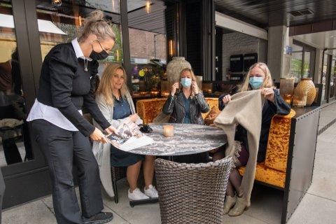 LYKKE: Venninnene Lisa Standal (t.v), Beate Almi og Inger Renate Moldskred har lenge ventet på at restaurantene skal åpne dørene.