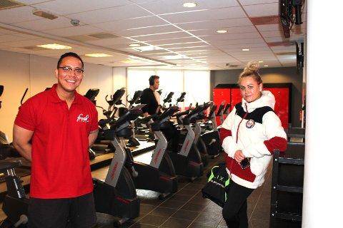 BREDE SMIL: Både daglig leder Jovand Sandberg og kunde Camilla Svendsen var fornøyd med at Fresh Fitness på Strømmen fikk åpne dørene igjen lørdag.