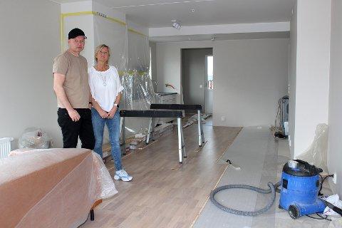 VENTER FORTSATT PÅ Å FÅ FLYTTE INN: Anne Lise og Øystein Karlsen overtok den nye leiligheten 2. mars, men venter fortsatt på å kunne ta den i bruk.
