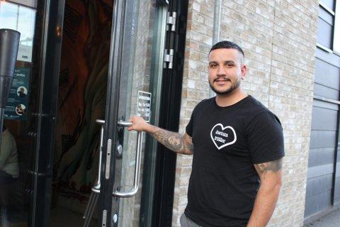 ØNSKER ALHOHOLSERVERING: Restaurantdriver, Süleyman Üzbas, mener alkoholservering er avgjørende for omsetningen.