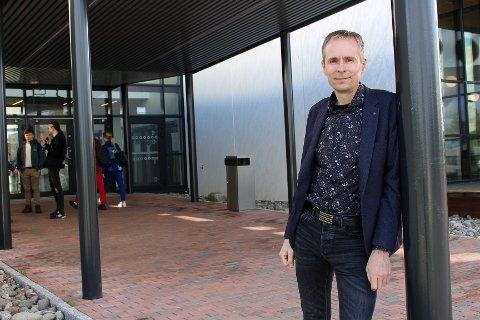 GLAD PÅ ELEVENES VEGNE: Rektor Odin Tellesbø ved Lørenskog videregående skole.