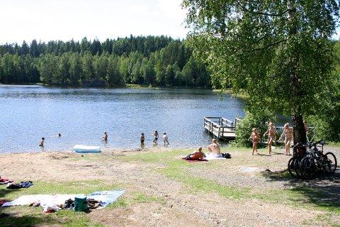 DELES PÅ TO: Åmotdammen, en av dammene som reddes, ligger både i Rælingen- og Lørenskog kommune, de to kommunene overtar den populære badeplassen sammen.