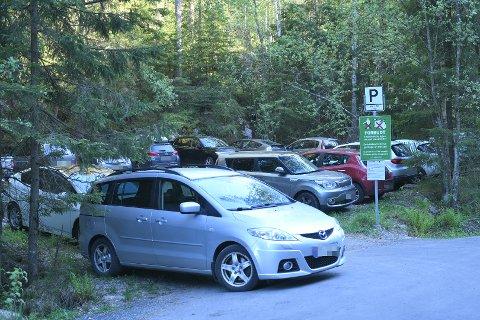 TOTALT KAOS: Slik så det ut på parkeringsplassen ved Myrdammen ved 18-tiden søndag kveld.