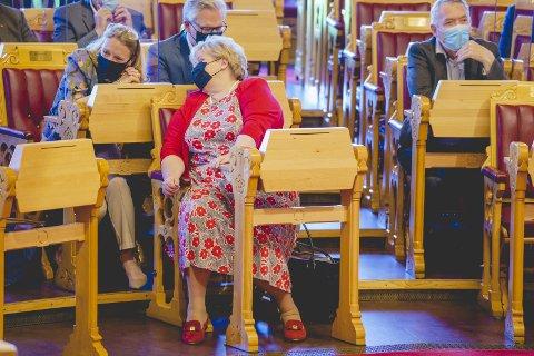 KRITIKK: Regjeringen fikk sterk kritikk i Stortinget for håndteringen av salget av Bergen Engines. Her statsminister Erna Solberg i samtale med RBs spaltist, Anniken Huitfeldt, under stortingsbehandlingen. FOTO: NTB